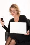 Secrétaire aîné avec l'ordinateur portatif dans la distribution de SMS Image libre de droits