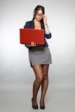 Secrétaire avec l'ordinateur portatif rouge Image stock