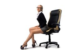 Secrétaire blond sexy s'asseyant dans la chaise de bureau Images stock