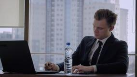 Secrétaire Brings The Director pour signer les documents dans le bureau banque de vidéos