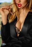 Secrétaire d'une forte poitrine prenant des verres dans la bouche Photo stock