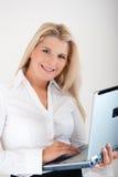Secrétaire de bureau avec l'ordinateur portatif Images libres de droits