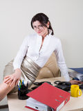 Secrétaire de flirt dans le bureau Photo stock