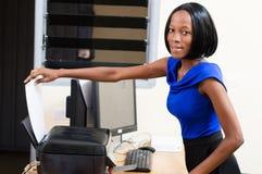 Secrétaire de jeune femme au travail Images stock