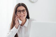 Secrétaire efficace au téléphone image stock