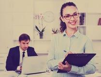 Secrétaire féminin d'heureuses affaires ayant le carton dans des mains photographie stock libre de droits