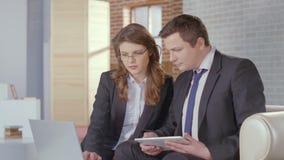 Secrétaire féminin montrant le rapport au patron, slowmo de réunion d'affaires clips vidéos