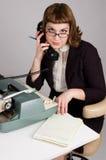 Secrétaire s'asseyant au bureau. photo stock