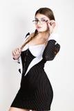 Secrétaire sexy, portrait de belle dame d'affaires de brune avec des verres et du port dans le costume de filet Photographie stock libre de droits