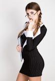 Secrétaire sexy, portrait de belle dame d'affaires de brune avec des verres et du port dans le costume de filet Image stock