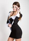 Secrétaire sexy, portrait de belle dame d'affaires de brune avec des verres et du port dans le costume de filet Photographie stock