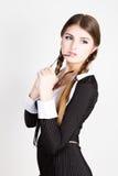 Secrétaire sexy, portrait de la belle dame d'affaires de brune portant dans le costume de filet mordant la poignée des verres Photos stock