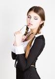 Secrétaire sexy, portrait de la belle dame d'affaires de brune portant dans le costume de filet mordant la poignée des verres Photo libre de droits
