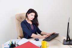 secrétaire travaillant avec l'ordinateur Image stock
