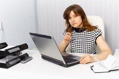 Secrétaire travaillant dans le bureau avec l'ordinateur portatif image stock