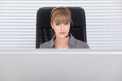 Secretária bonita em um escritório alta tecnologia limpo Fotografia de Stock Royalty Free