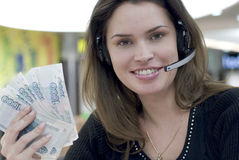 Secretária do centro de chamadas com dinheiro à disposicão imagem de stock royalty free