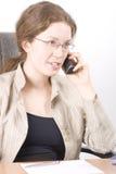 A secretária fala no telefone V fotos de stock