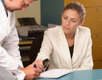 Secretária médica e doutor que trabalham junto Imagem de Stock Royalty Free