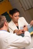 Secretária médica e doutor que trabalham junto