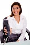 Secretária no atendimento de telefone imagem de stock