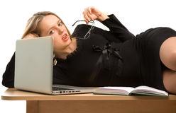 Secretária nova que encontra-se na tabela Imagem de Stock