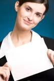 Secretária ou mulher de negócios com o cartão de nota em branco, sorrindo Fotos de Stock Royalty Free