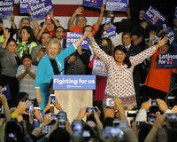 Secretário anterior Hillary Clinton Campaigns para o presidente na faculdade do leste Cinco de Mayo de Los Angeles, 2016 Fotos de Stock
