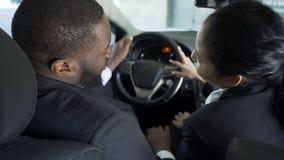Secretário complicado que flerta ativamente com o chefe em seu carro para mover a escada da carreira filme