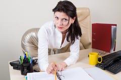 Secretário moreno 'sexy' no escritório Foto de Stock