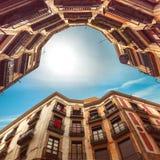 Secret avec les maisons incurvées peu communes à Barcelone Photographie stock