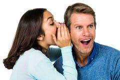 Secret de chuchotement de femme avec l'homme Photographie stock libre de droits