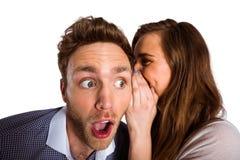 Secret de chuchotement de femme dans l'oreille d'amis Image libre de droits