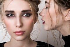 Secret de chuchotement de fille de beauté à son ami Image libre de droits
