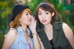 Secret.Gossiping妇女 免版税库存照片
