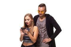 Secretamente escutando a conversação sobre o telefone ou olhando cargos sociais, mensagens Conceito do relacionamento dos pares imagens de stock