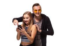 Secretamente escutando a conversação sobre o telefone ou olhando cargos sociais, mensagens Conceito do relacionamento dos pares foto de stock