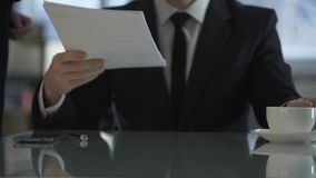 Secretaresse die aan hoofd van firma documenten voor het vertrouwd maken en het ondertekenen brengen stock footage