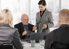 Secretaresse die contract krijgt om door stafmedewerker te ondertekenen Royalty-vrije Stock Foto's