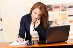 Secretaresse die de Telefoon van de Cel met behulp van royalty-vrije stock foto's