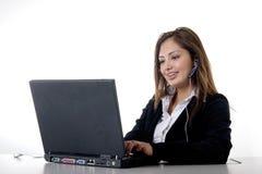 Secretaresse die dragend hoofdtelefoon typt Stock Afbeeldingen