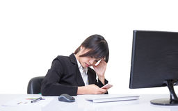 Secretaresse in gespannen houding Toe te schrijven aan de complexe en moeilijke taak wordt gezeten die Stock Foto