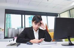 Secretaresse in gespannen houding Toe te schrijven aan de complexe en moeilijke taak wordt gezeten die Stock Fotografie
