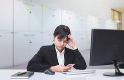 Secretaresse in gespannen houding Toe te schrijven aan de complexe en moeilijke taak wordt gezeten die Stock Afbeeldingen