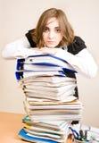 Secretaresse met heel wat documenten Stock Fotografie