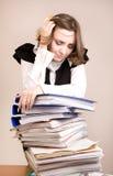 Secretaresse met heel wat documenten Royalty-vrije Stock Foto