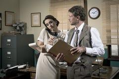 Secretaresse op de telefoon die onderaan nota's nemen Royalty-vrije Stock Fotografie