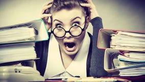 Secretaria aterrada en el escritorio Fotos de archivo