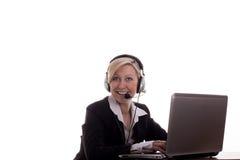 Secretaria con el receptor de cabeza y la computadora portátil Imagen de archivo libre de regalías
