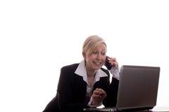 Secretaria con el teléfono y la computadora portátil Foto de archivo